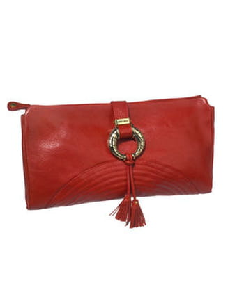 La pochette rouge de Jimmy Choo